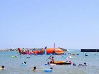 茨城県・ひたちなかの「平磯海水浴場(ひらいそ)」。オレンジの「くじらの大ちゃん」は子供に大人気。