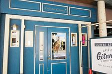 青い扉が印象的な「Cafe des Gitanes(カフェ・デ・ジターヌ)」