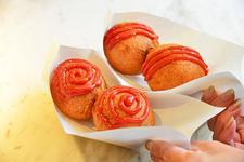 「阿部蒲鉾店 本店」の「ひょうたん揚げ」250円(税込)。普通味のケチャップがうずまき、辛口が三本線