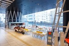 「クレプスキュールカフェ 仙台」。オープンスクエアと一体化したスペース。