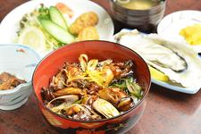 「カキ丼セット」2100円。単品(味噌汁、漬け物、小鉢付き)は1400円