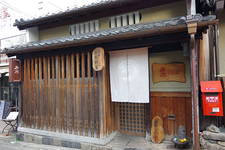 平格子・虫子窓などの装いが残る、築140 年の町家をリニューアル。