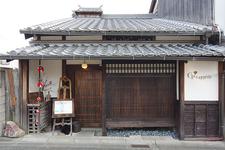 古い町家を再生した店舗。元興寺の塔頭十輪院の向かいに建っています。