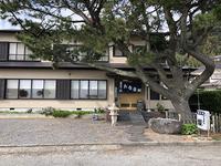お店の目の前にある大きな松の木が目印。広い一軒家の「お食事処 燦」