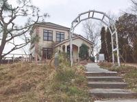 「風舎」の外観です。階段を下りていくとハーブガーデンがあります。