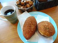 人気のカレーパン(左)とチーズカレーパン各175円