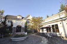 白のおしゃれな外観が可愛い「atTerrace軽井沢ガーデンファームカフェ」