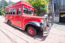 通りを走る「赤バス」