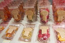 すももをはじめ、梅やキウイなど様々な果物を使ったドライフルーツ  税込756円~