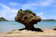 スケッチしたくなる浜比嘉島のノッチ岩