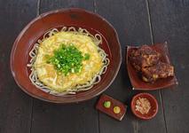 卵がのった元祖沖縄そばと炙りソーキ 700円