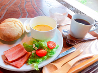 モーニングセットA  自家製パンに厚切りベーコンとスープにプチデザートで650円!