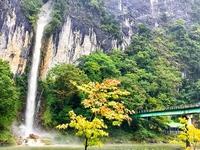 72mの高さから流れ落ちる滝は圧巻の迫力。