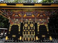 黒塗りに豪華絢爛な装飾が美しい、瑞鳳殿。