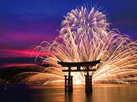 嚴島神社大鳥居と花火の幻想的なコントラスト(※2019年大鳥居は修理工事中)
