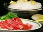 当館名物【雲海鍋】すき焼きに入れる砂糖を綿菓子にして、お客様の前でお肉と一緒に焼上げます。