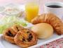 【朝食無料サービス】焼きたてパンはホテルの厨房で毎朝焼いております。