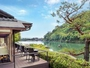 カフェ「茶寮 八翠」は、テラス席からは渡月橋や川を行き交う舟を眺めることができます。