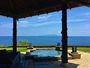 高台から大海原を見下ろす絶景のロケーションに離れが8棟、海に向かって開かれた庭にある温泉露天風呂付き