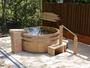 ひのき樽の露天風呂です。青天の夜には満天の星空を眺めながらゆったりと温泉に浸ってください。