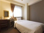 シングル客室一例。ゆったりサイズのセミダブルベッドと羽毛布団を使用し、最高の寝心地をお約束します。