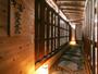 *露天風呂への道/文豪が常宿として愛された当館。館内には古き良き日本らしさが残っています。