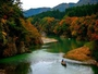 秋:鬼怒川とライン下りの船(鬼怒川温泉は、例年11月上旬頃が紅葉見頃)