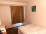 シングルルーム全室セミダブルベッド使用で広々おくつろぎ頂けます。