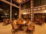 *茶寮-瀬音-/大きな窓のある吹き抜けのロビーには四季折々の風景が映ります
