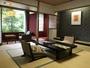 渓流向きの12畳禁煙和室一例。自然の美しさと旅館街の情緒を同時に味わえます