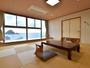 ≪和室12畳(禁煙)≫落ち着いた雰囲気のお部屋で由良浜の絶景を眺める時間は至福のリラクゼーション