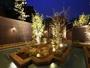 露天風呂に出てすぐ浴槽!ライトアップ中庭眺め、一周できる