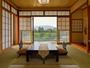和室8畳のお部屋からの風景と静かさは、時の経つことを忘れます。