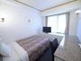 15平米のお部屋に120センチ幅のベッド1台を設置しております。