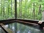 源泉掛け流しの天然温泉で、開放的な露天風呂に癒される。