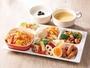 【盛り付け例】ピラフを中心にカラフル温野菜やビーンズサラダで彩りもUP♪