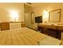 シングルルーム・・ベッドはゆったりサイズのセミダブル。有線・無線LAN完備です。