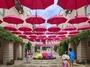 ピーマン通りの街並みをカラフルな傘で彩る「八ヶ岳アンブレラスカイ2019」は6/1-7/7開催。