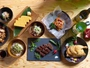 【湯けむり屋台 つまみ】江戸モダンをモチーフにした店内で山形名物や多国籍料理などお酒に合うお料理を