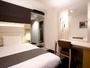 デラックスシングルルームはベッド幅140cm。大人2名でも充分な広さな人気のお部屋です♪