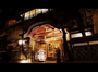 ケイズハウス正面玄関(夜)