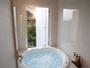 【直径140cmのジャグジー】浴室には2種類のバブル入浴剤をご用意。ゆったり入浴をお愉しみ下さい