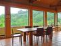 *長テーブルと椅子のセットが置いてある多目的スペース