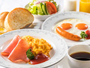 (選べる朝食)調理はオーダーをいただいてから。卵料理は目玉焼きかスクランブルからお選び下さい。