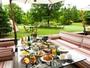 【 朝 食 】過ごしやすい季節は、テラスのソファで朝食ブッフェがおすすめ。