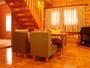 コテージ「ニッセ」リビングの一例。奥には和室があります。