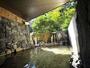 自家源泉の天然温泉が、風情ある竹筒からあふれだす露天風呂。男女別です。