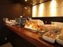 【ラウンジ&XYZ】ヘルシーなご朝食をどうぞ。パン、サラダ、ゆで卵等。お一人様税込500円(朝7:00-9:30)