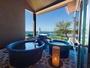 じんわり温-いお湯と、優しい潮風が心身に響く樽型露天風呂。