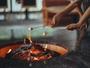 森の暖炉のマシュマロ焼き。チェックイン後には午後のティータイムをお楽しみください。